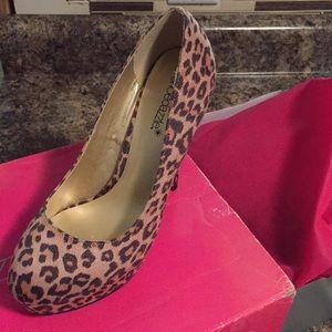Shoe dazzle size 6.5 Leopard hi heel.